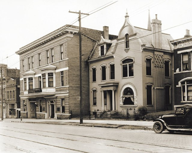 Milward_Broadway exterior in 1901.jpg